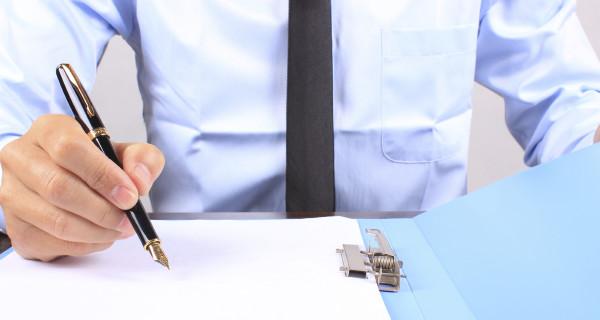 Homme d'affaires écrit sur papier